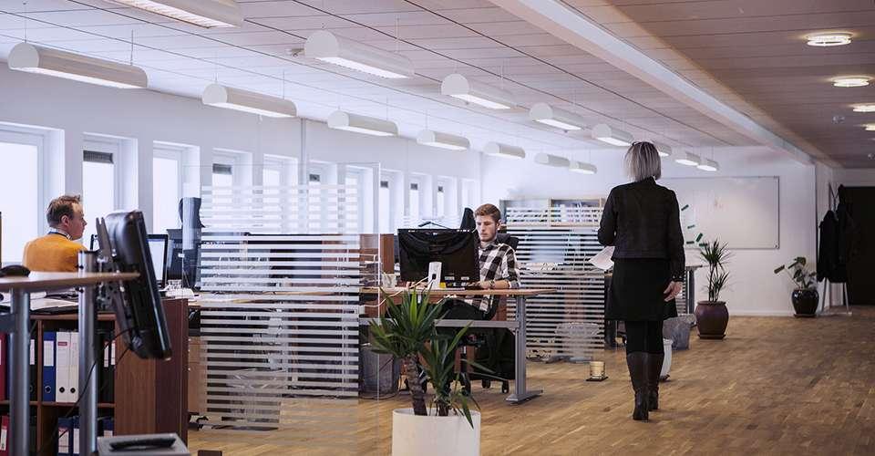 Arquitetura de escritórios em uma sala comercial de um Edifício Empresarial
